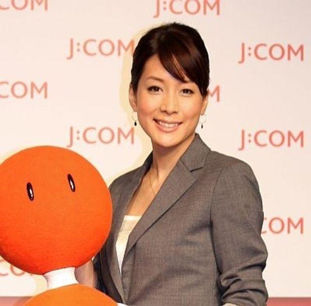 新CMの報道官をイメージしたスーツ姿で登場した内田恭子さん。子供のころの海外生活では、ケーブルテレビのチャンネルの多さに驚いたという