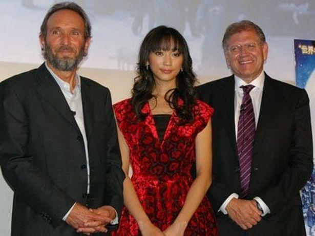 右からロバート・ゼメキス監督、モデル・女優の杏、製作のスティーブ・スターキー