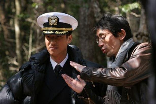 右側がメガホンをとった吉田大八監督