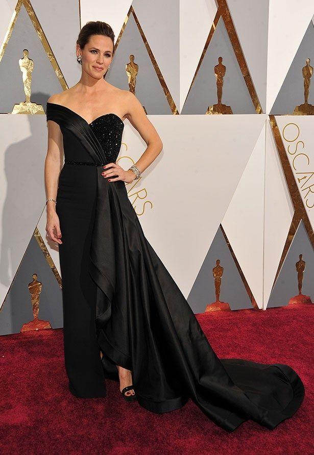 最も検索されたのはジェニファー・ガーナーの、クラシックな黒いロングドレス