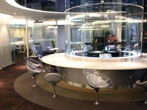 10/1にオープンした「akiba:F (アキバ:エフ)」。従来の献血ルームのイメージを覆すスタイリッシュなデザインが特徴で、待合室のショーケースの中には「初音ミク」のフィギュアがいっぱい
