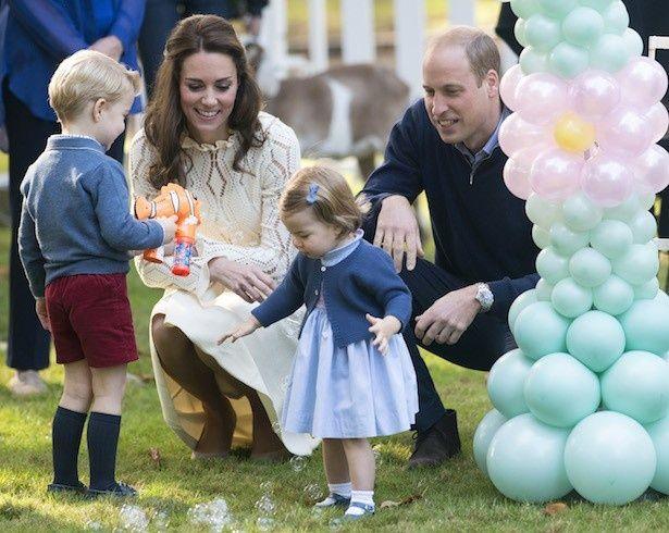 【写真を見る】弟誕生でジョージ王子とシャーロット王女も大はしゃぎ!?