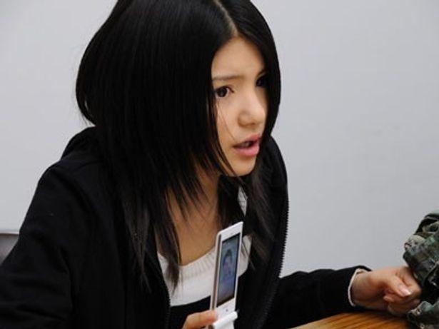 """人気ゲーム、""""携帯彼氏""""にまつわる変死事件に挑戦する女子高生役"""