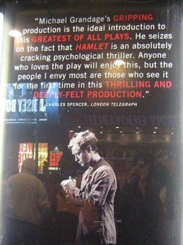 舞台のワンシーンを写すポスター。イギリス公演で絶賛されたコメント入り