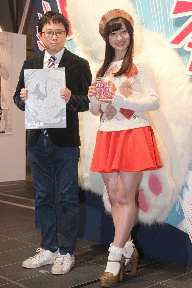 【写真を見る】ミニスカとベレー帽がキュートな橋本環奈の全身ショット