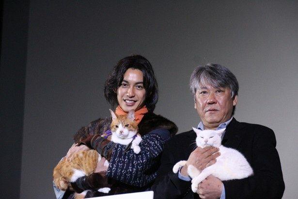 主演の大野拓朗が金時、渡辺武監督があなごを抱っこしての4ショット(写真左から)