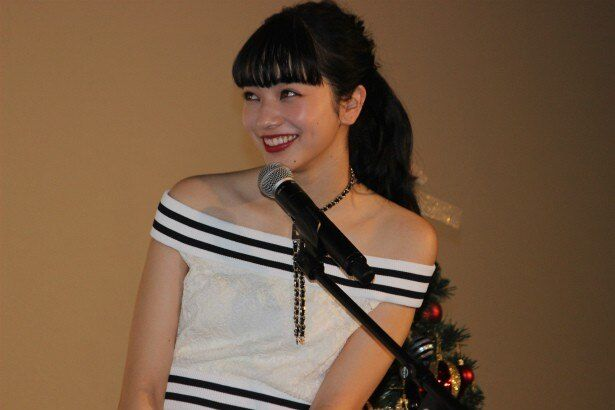 いたずらっぽい笑顔を見せる小松菜奈