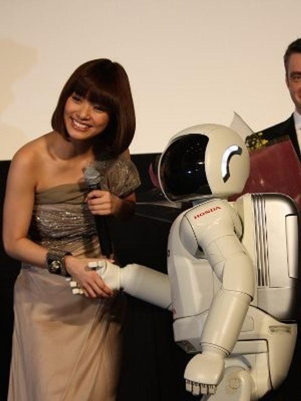 かわいい!ASIMOと笑顔で握手する上戸彩