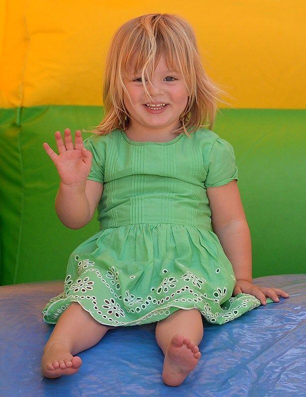 【写真を見る】愛らしい笑顔が眩しい、ザラとマイクの娘ミア・ティンダル