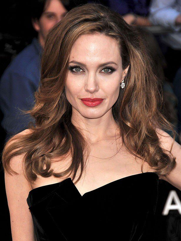 【写真を見る】美肌すぎるアンジェリーナ・ジョリーは、アンチエイジングに夢中?