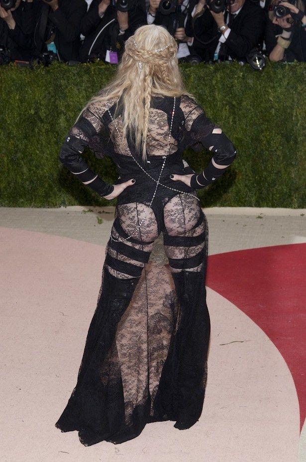 【写真を見る】さすがマドンナ!スケスケ衣装でカメラにお尻を披露