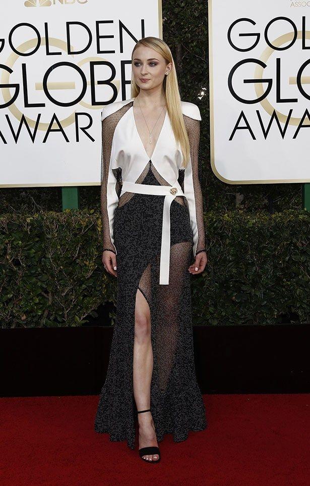 【写真を見る】斬新なデザインのドレスを着たソフィー・ターナー。ほかのワーストドレッサーもチェック!