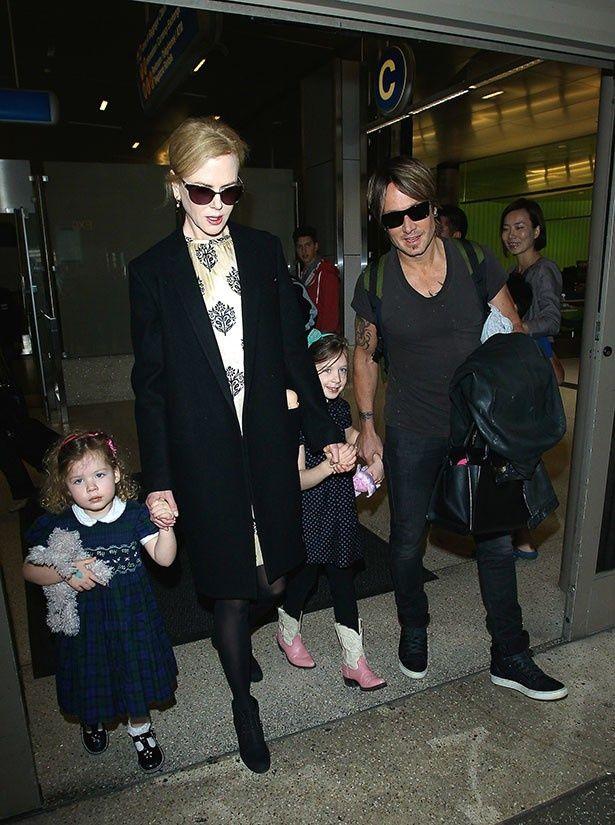 【写真を見る】ニコール・キッドマンが愛する家族3人と外出!