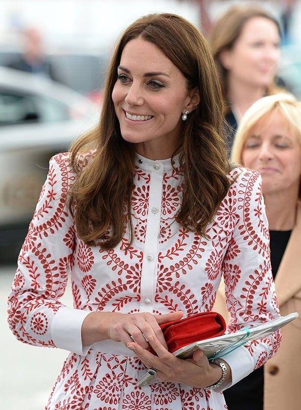 【写真を見る】カナダ訪問時のドレスにもクラッチバッグを合わせていたキャサリン妃