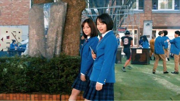 ソフトバンク新CMのワンシーン。広瀬すずと大原櫻子は同級生役で出演