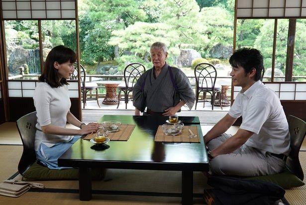 設計士の吉岡(平山浩行)との結婚が着々と進むも、どこか迷い気味の繭子