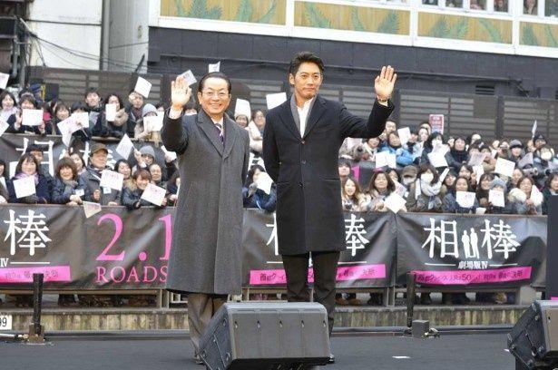 訪れた大勢のファンに手を振って記念撮影に応える水谷豊(左)と反町隆史(左)