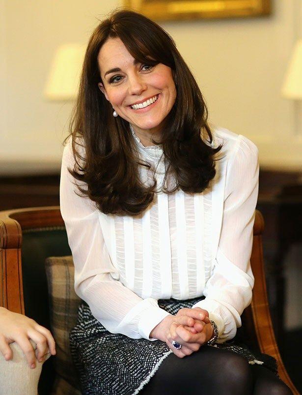 ケンジントン宮殿で歓談するキャサリン妃、この日はリースの白いブラウスを着用
