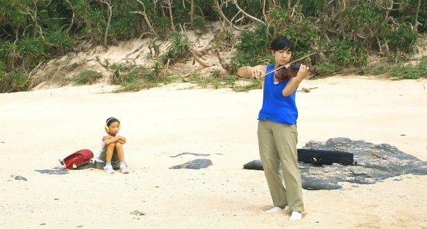 【写真を見る】素敵!海辺でヴァイオリンを弾く安藤サクラ