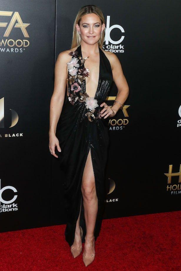 【写真を見る】ブラッド・ピットと急接近!?鍛えた体も魅力の美人女優ケイト・ハドソン