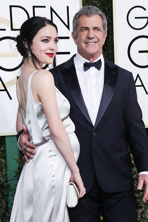 【写真を見る】メル・ギブソンと26歳の美しくきパートナー、ロザリンド・ロス