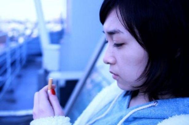 タバコをまじまじと見つめる加護ちゃん。ついに喫煙シーンを披露する!?