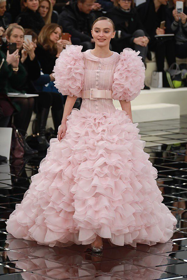 【写真を見る】まさかの不評を買ってしまったリリー=ローズのウェディングドレス姿!