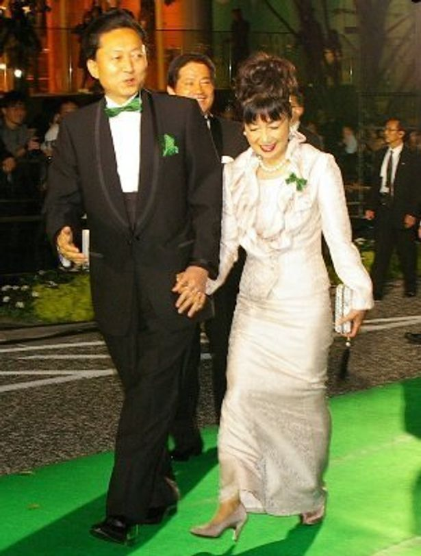 鳩山総理と幸夫人がごきげんにグリーンカーペットを歩いた