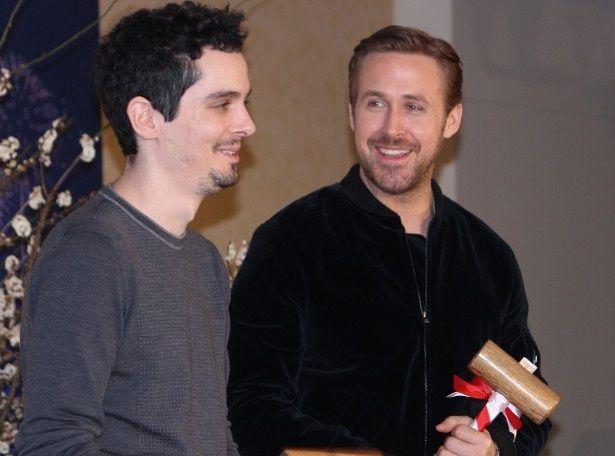 『ラ・ラ・ランド』のライアン・ゴズリングとデイミアン・チャゼル監督が鏡割り