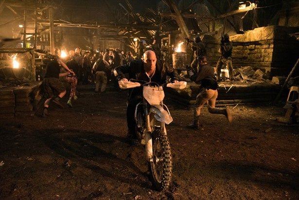 【写真を見る】バイクが水上を走る!?狂いまくりのバイクアクションもてんこ盛り!