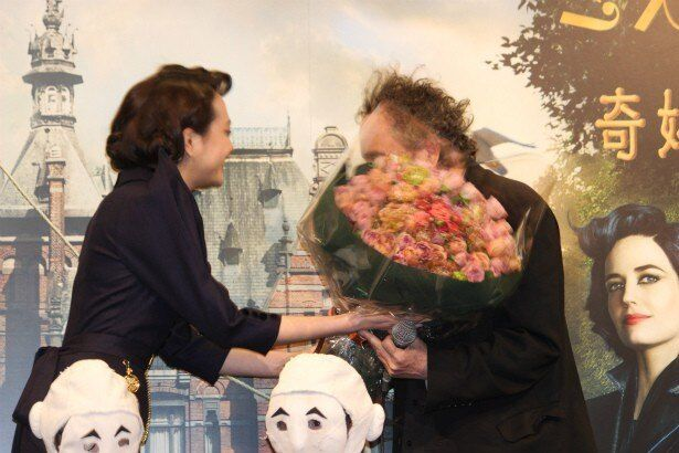 松井愛莉がティム・バートン監督に花束を贈呈