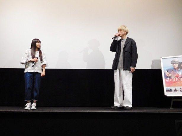 「君と100回目の恋」の舞台挨拶にて、主演のmiwaと坂口健太郎が天神の映画館に登壇