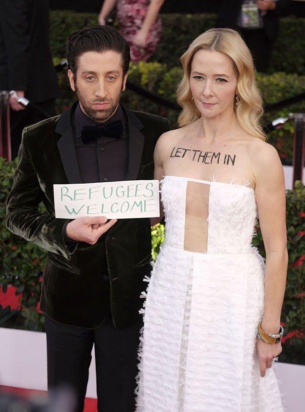 サイモン・ヘルバークと妻ジョサリン・タウンも映画賞で移民政策に抗議した