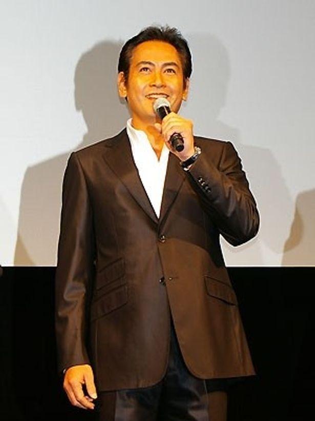 広告代理店のエリート部長役を演じる宅麻伸(ギター担当)