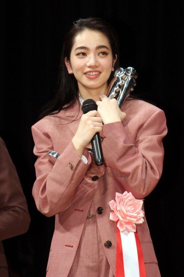 小松菜奈、ヨコハマ映画祭授賞式でのメンズファッションに反響