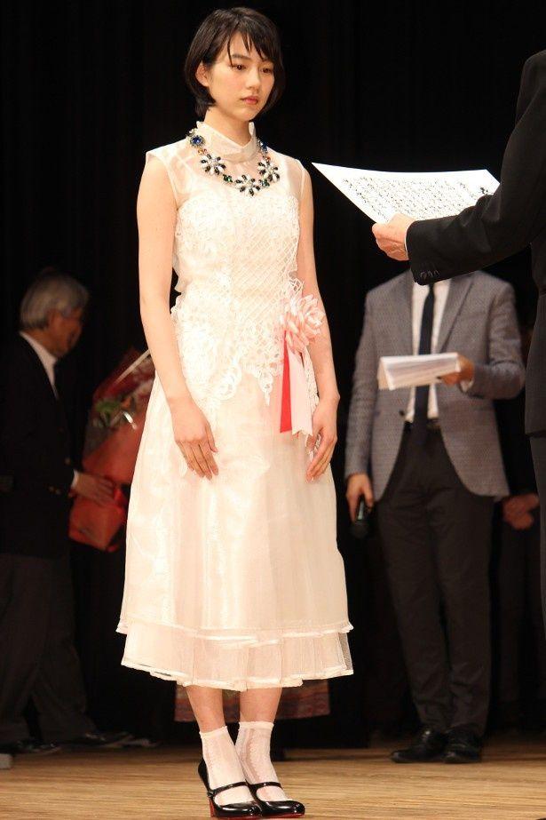 ラブリーな白いドレスで登壇したのん
